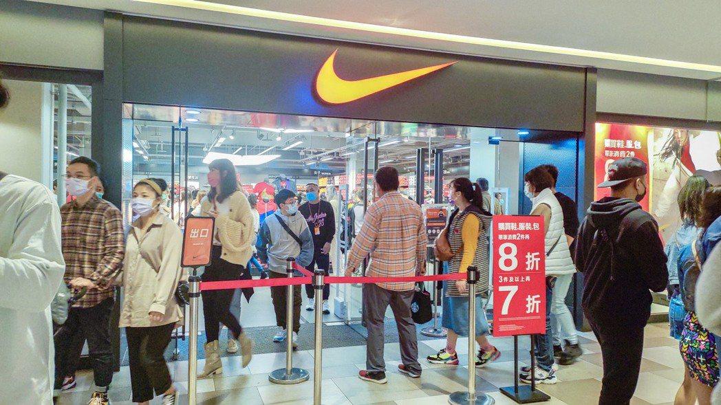春節連假,運動品牌adidas、Nike拚出千萬業績,賣出超過萬雙運動鞋款。麗寶...