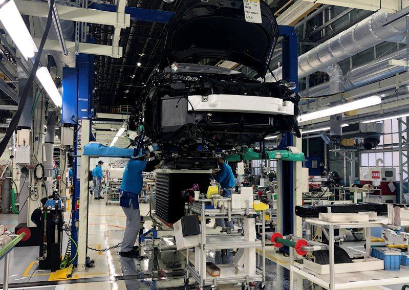 豐田汽車位於愛知縣的工廠,工作人員正在安裝一部Mirai車上的動力系統。 (路透)