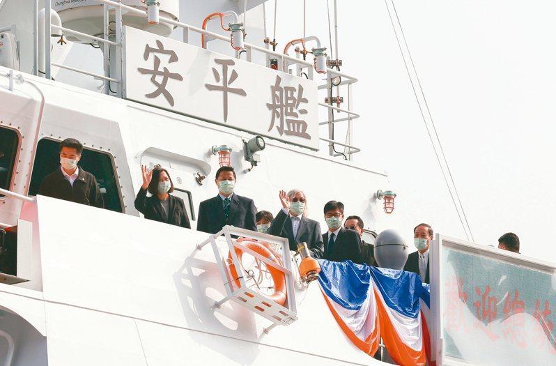蔡英文總統(左二)去年十二月十一日至高雄主持「安平艦」下水典禮表示,若能在海巡艦艇上塗裝「TAIWAN」,執法時能夠被國際更清楚辨識。 本報資料照片