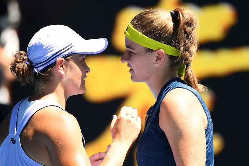 列27種子的捷克女將穆霍娃(右)力退球后芭蒂(左),生涯首度前進大滿貫4強。 法新社