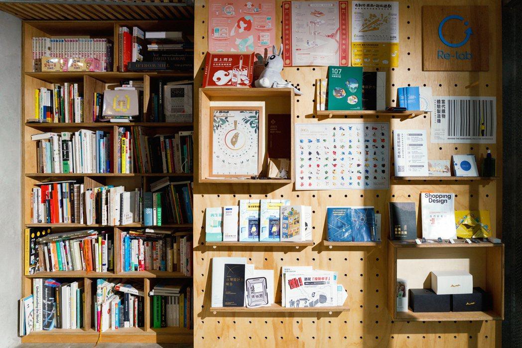 在Re-lab約三十坪左右的空間裡,四處可見攤開的設計書、統計資料...。 圖/...