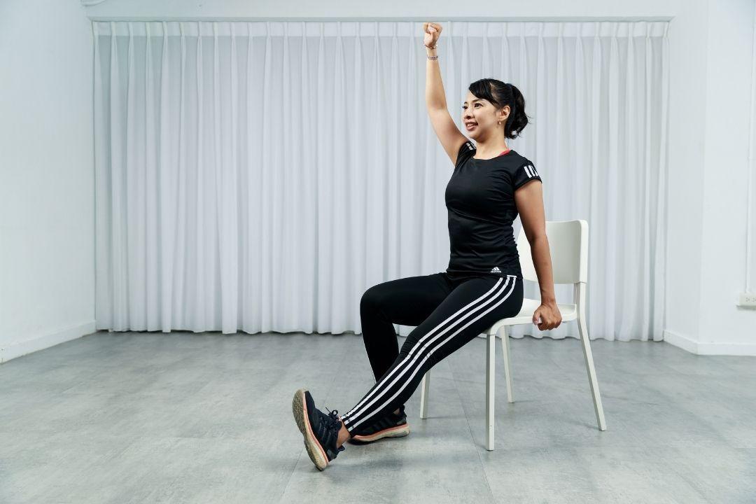 運用簡單3個動作,擴胸、肩上舉、交叉擊膝,讓你坐在椅子上也能達到有效的上半身訓練...