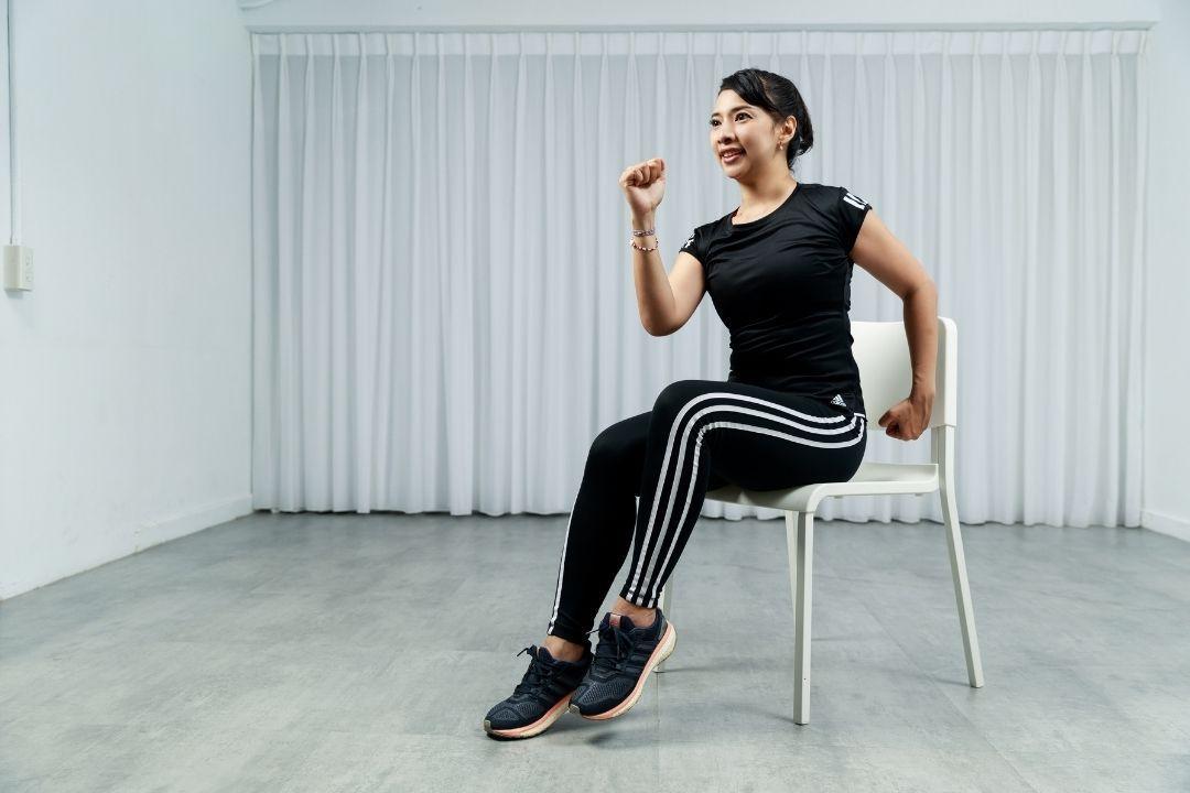 5分鐘暖身,利用一張椅子的輔助,讓你全身動起來,開啟身體的運動開關。