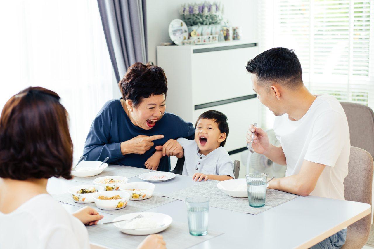 奶奶和孫子共享天倫之樂。 圖/Shutterstock 提供