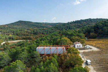 矗立普羅旺斯山坡的懸空畫廊:普立茲克建築獎得主 Richard Rogers 的最後作品