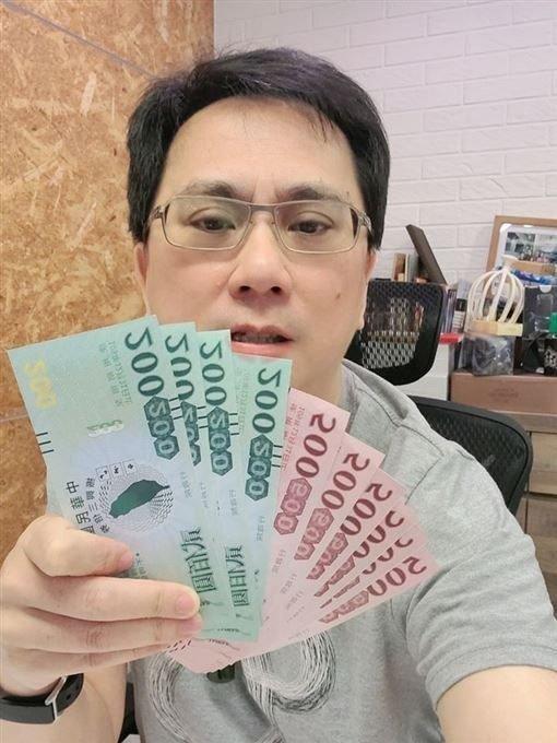 486先生去年提早PO出三倍券照片,被質疑偽造。圖取自臉書