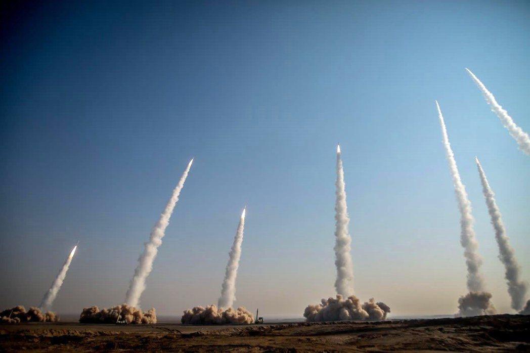 另外,伊朗也在今年1月份於波灣舉行大規模的軍演,圖為伊朗革命衛隊同期的飛彈試射。...