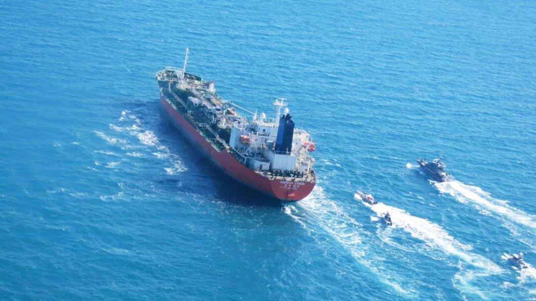 今年初,一艘韓籍油輪韓國化學號(Hankuk Chemi)被伊朗政府以汙染海域為...