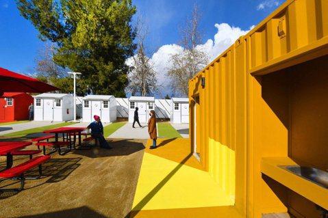 Lehrer Architects以色塊,營造出遊民收容中心的繽紛輕鬆感。圖/L...