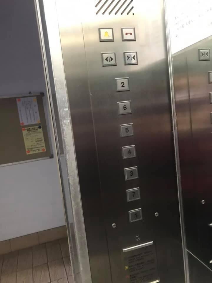 一名外送員搭電梯到2樓送餐時,電梯門一開,眼前的景象讓他當場愣住。圖/翻攝自外送員的奇聞怪事