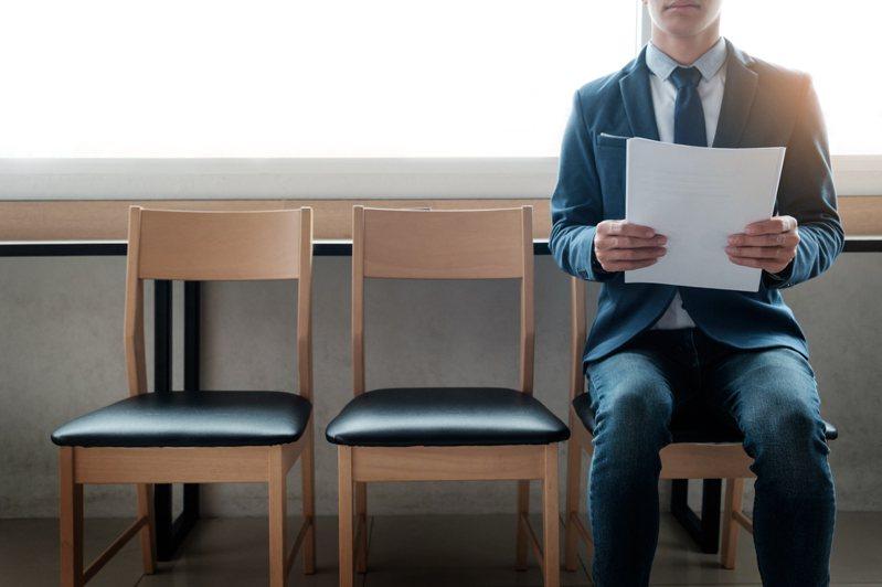 一名網友分享自己面試的過程,曾被問到父母在哪上班,他據實以告後,主管一席話竟讓他聽了很不是滋味。 圖/ingimage