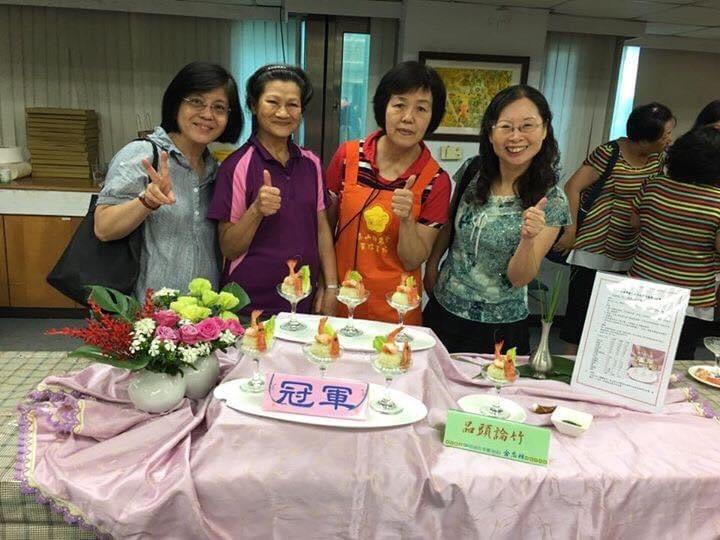 李月娟(右二)連續四年拿下新北市泰山區竹筍大賽冠軍。 圖/李月娟 提供