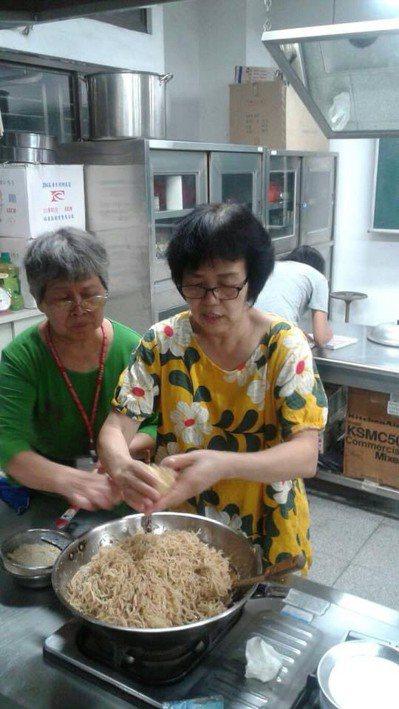 李月娟(右)現在新莊社區大學教學員烹飪料理。 圖/李月娟 提供