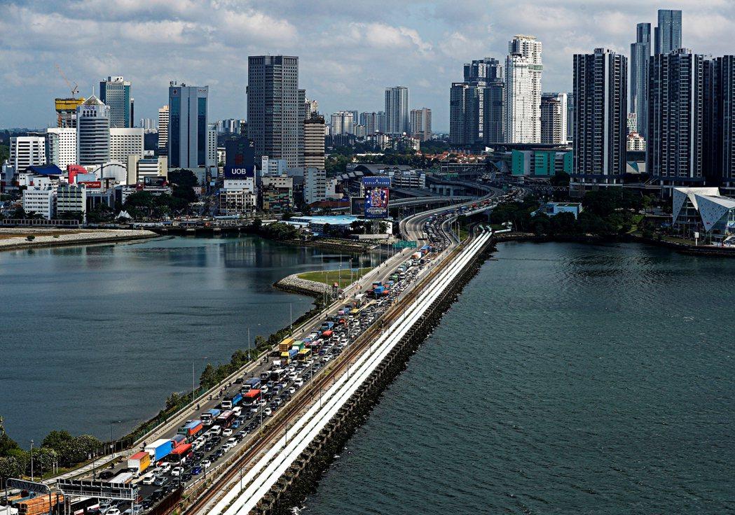 馬哈迪在1996年提出要興建一座連接新加坡和柔佛的彎橋,並提到只會拆馬國範圍內的...