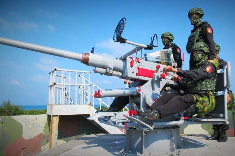 2019年,東沙群島海巡官兵演練操作40快砲。 圖/海洋委員會海巡署東南沙分署