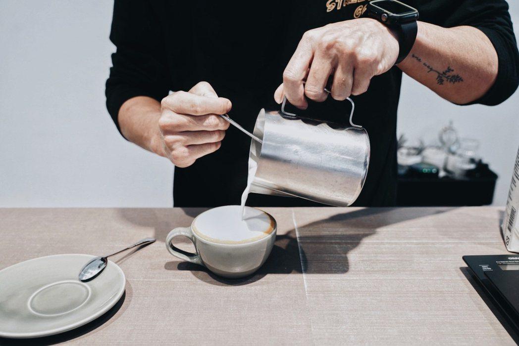 如同店名中的「θ」象徵咖啡豆,老闆呂紹豪希望塑造以咖啡豆風味優先的空間。 圖/沈...