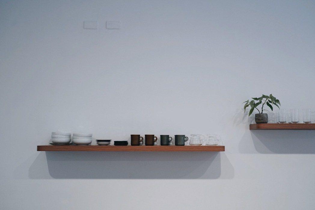 店裡選擇搭配低飽和度的色調、不擁擠的桌距,營造自在愜意的氛圍。 圖/沈佩臻攝影