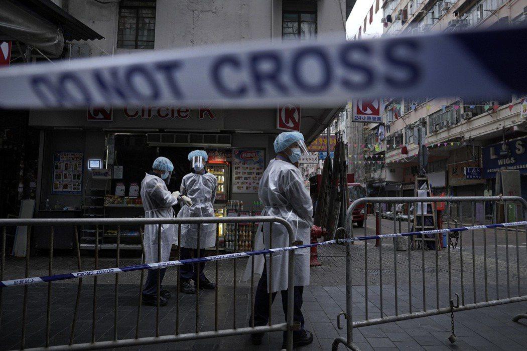 今年一月,香港政府開始日復一日「突擊」封鎖指定區域,逐戶拍門強制檢驗。 圖/美聯社