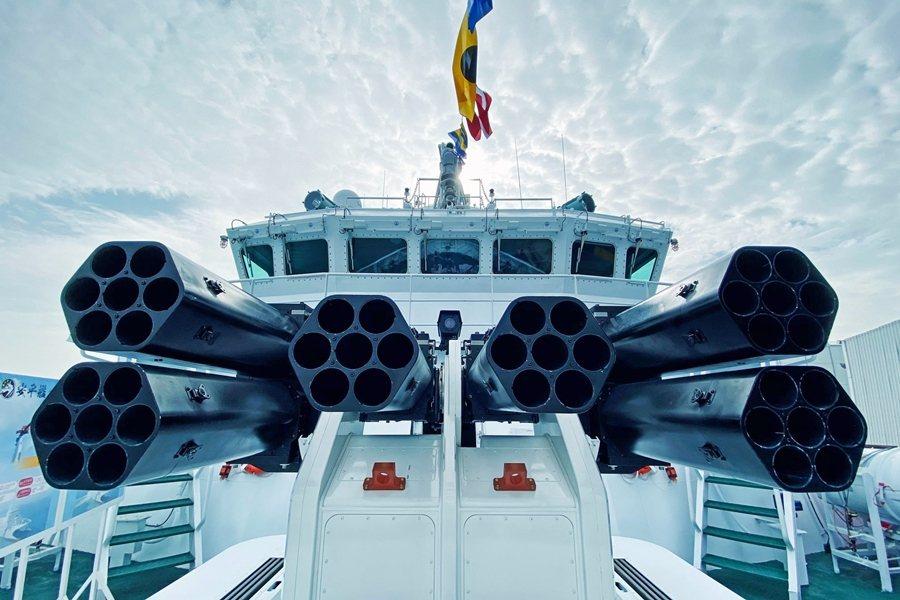 海巡新造艦艇以「鎮海火箭彈」遙控武器站當作600噸以上艦艇主砲,讓外界爭論不休。 圖/海巡署長室臉書
