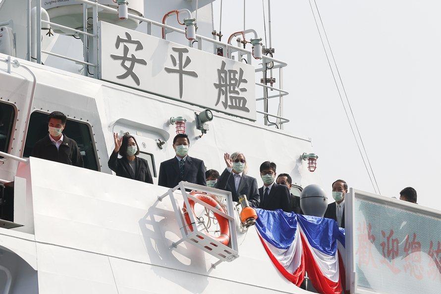 2020年12月,蔡總統主持海巡國艦國造聯合典禮,登上號稱能平戰轉換的600噸巡防艦。 圖/聯合報系資料照