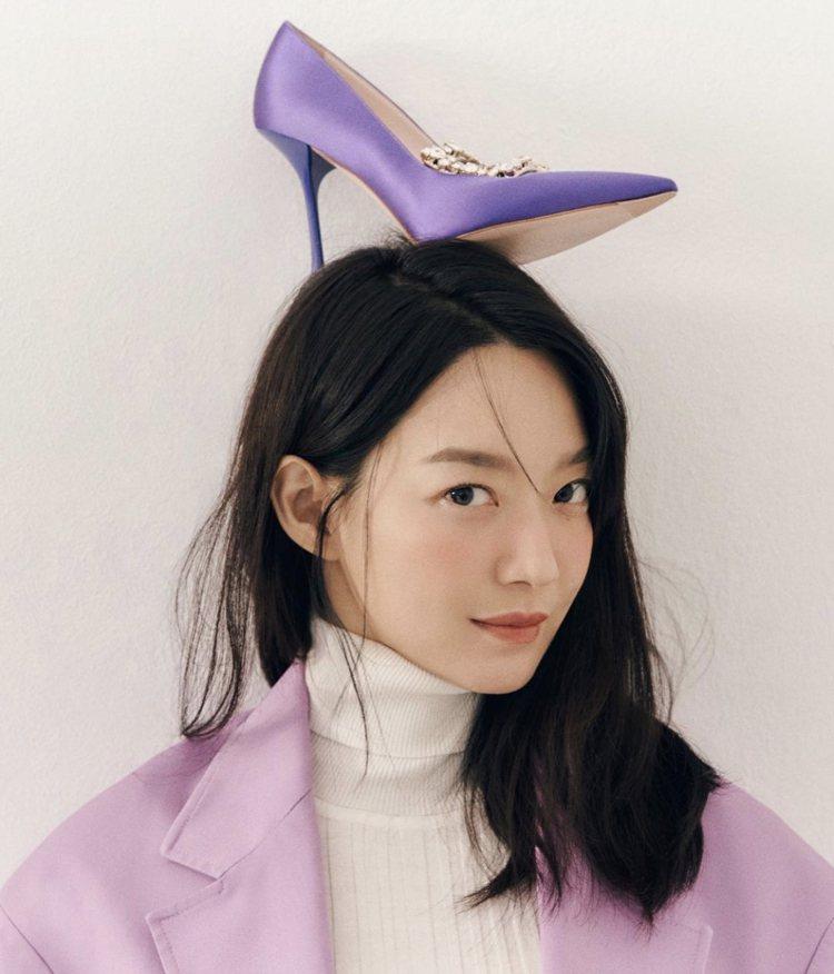 韓星申敏兒身拍攝最新時尚大片,把Broche Vivier凡爾賽鑽紫色款放頭上,...