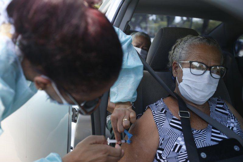 圖為日前醫務人員在巴西首都巴西利亞為一名老人接種中國科興公司的新冠疫苗。     新華社