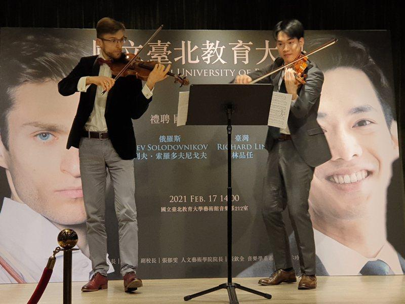 29歲小提琴家林品任(右)與俄羅斯小提琴家列夫・索羅多夫尼戈夫,宣布加入國立台北教育大學音樂系擔任專任助理教授。記者陳宛茜/攝影