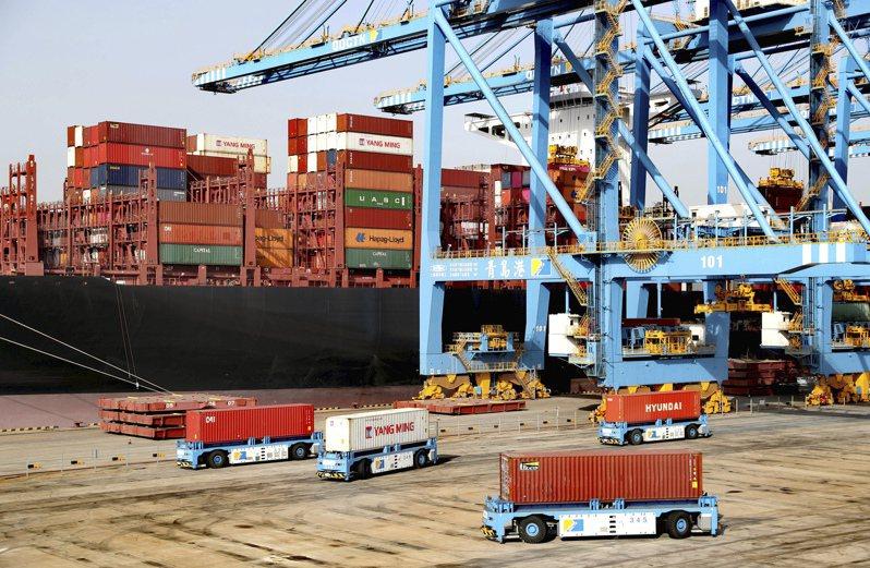 彭博資訊報導,美國商會在當地時間17日發布的一份報告中稱,如果美國公司將在大陸的直接投資減少一半,美國國內生產總值(GDP)將一次性遭受高達5,000億美元的損失。圖為青島港貨櫃碼頭。美聯社