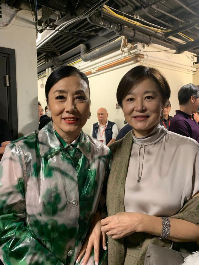 林青霞(右)與汪明荃在費玉清告別演唱會再聚首,還微笑合照。圖/摘自微博