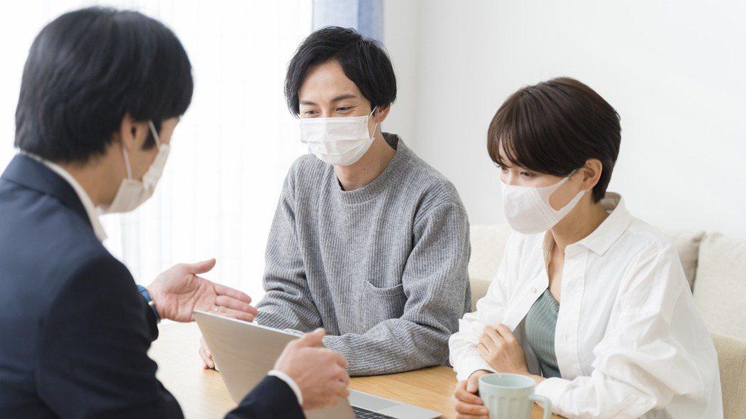 防疫保單怎麼買才實在?保險業者建議,不應只考量有無染疫或確診,還要注重住院日額的...