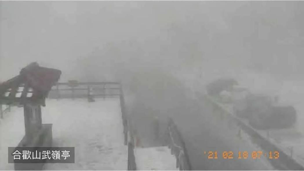 大陸冷氣團南下,合歡山清晨降下牛年第一場春雪,大地又成銀白一片。圖/翻攝自臉書合...