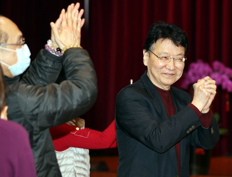 圖為中廣董事長趙少康(右)昨天主持中廣新春團拜,拱手拜年。記者侯永全/攝影