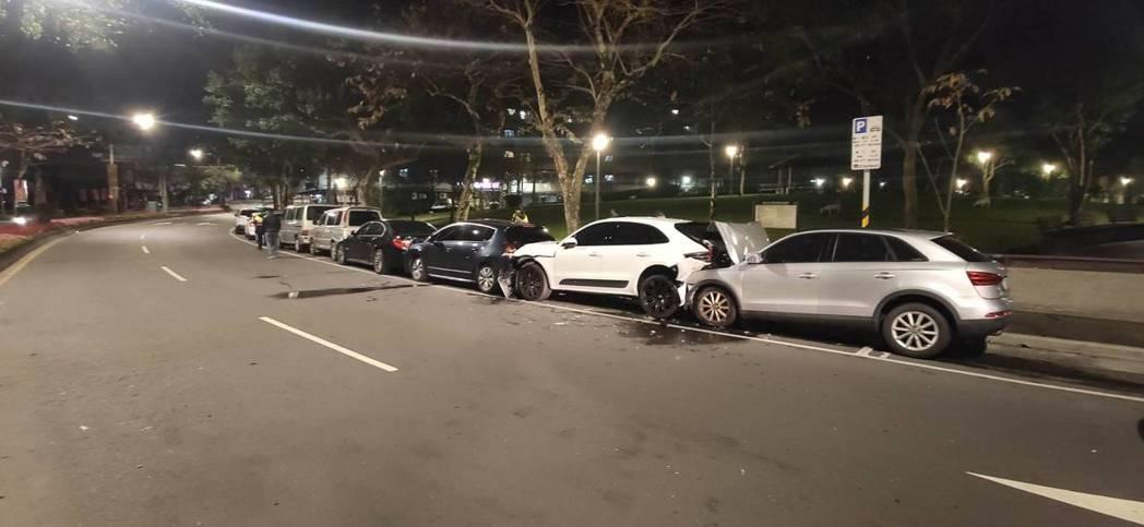 羅姓男子駕車行經台北市研究院路,自撞路旁停放的保時捷休旅車,再推撞前方4輛汽車。...