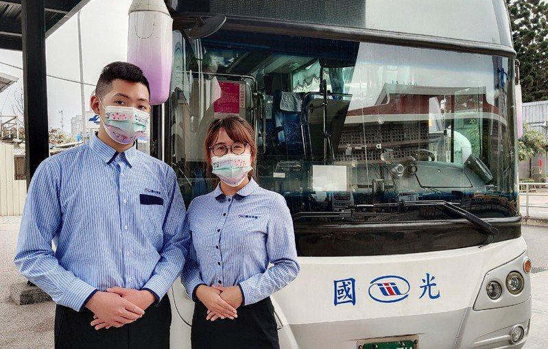 國光客運武陵賞櫻專車持續發車至3月1日,非假日班次乘客加贈限量櫻花口罩。圖/國光客運提供