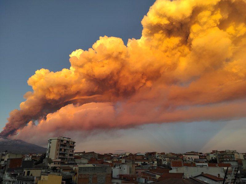 义大利西西里岛的埃特纳火山(Etna)于当地时间16日下午爆发,大量橘色烟雾直冲天际。路透(photo:UDN)