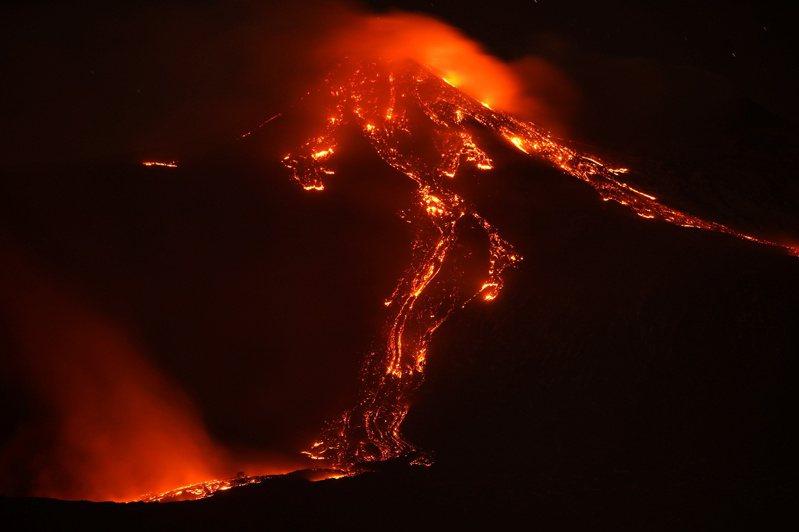 埃特纳火山喷发后,红色熔岩不断从火山口涌出。路透(photo:UDN)