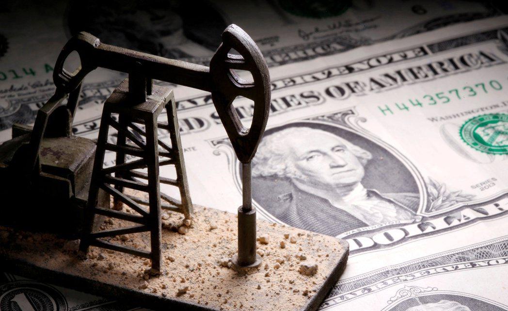 布蘭特油價18日盤中飆破65美元。路透