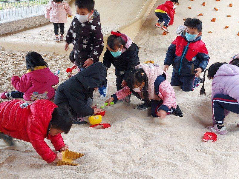 竹中車站旁台鐵高架橋下空間,改造為戶外兒童遊戲場,成為地方上新的休閒場所。圖/縣府提供