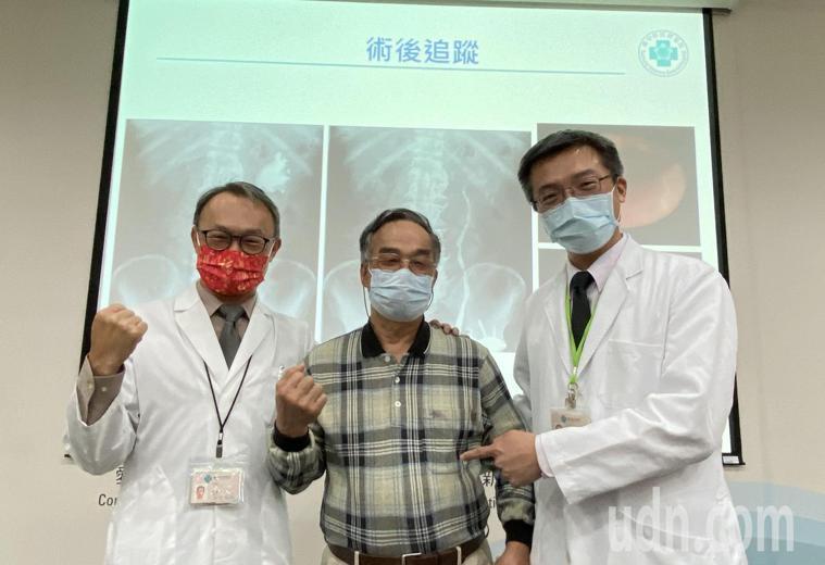 醫師陳正哲(右)說明,70歲陳先生(中)經接受機械手臂口腔黏膜輸尿管重建手術、拔...