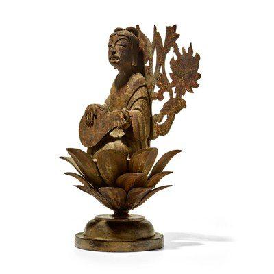 「日韓藝術拍賣」呈獻一尊伎樂天木雕像,據考出自奈良法隆寺金堂,估價35,000美...