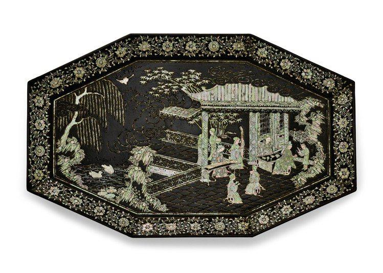 「中國書畫與工藝精品」拍賣呈獻一件明代黑漆嵌螺鈿人物樓閣圖八角盤,估價25,00...