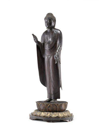 「日韓藝術拍賣」呈獻一尊平安時期的木漆無量壽佛,估價10萬美元起。圖/邦瀚斯提供