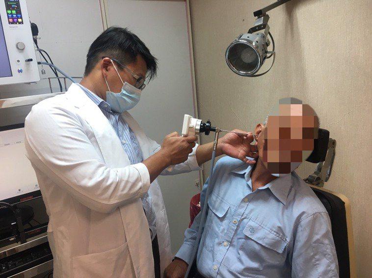 吳昭寬醫師提醒民眾耳朵經常發癢,應就醫治療,避免發炎、聽力受損。圖/南投醫院提供
