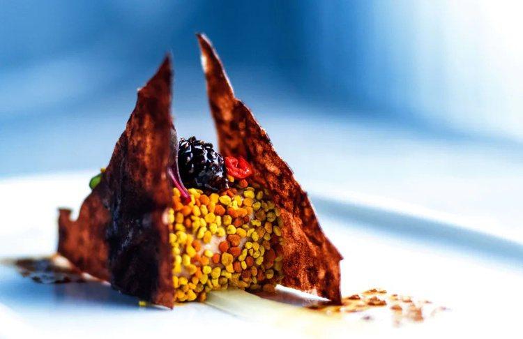 融合經典西班牙風味和現代烹調技藝,且巧用在地食材,是隱丹廚特色。圖/摘自米其林官...
