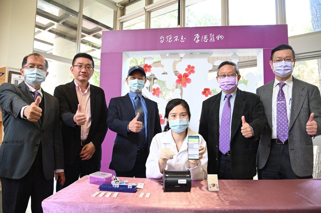 清華大學與產學團隊合作研發新冠抗體快篩試片。圖/清大提供