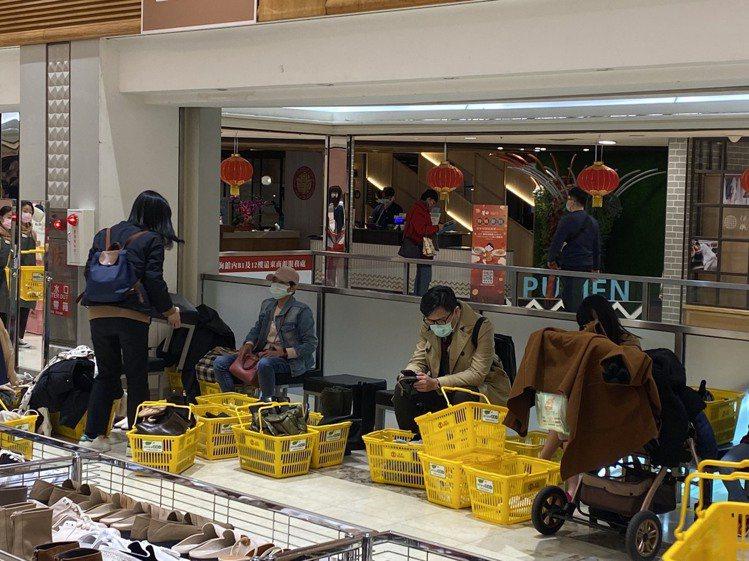 SOGO忠孝館GRACEGIFT特賣會,一旁休息區排滿採購戰利品。圖/SOGO提...