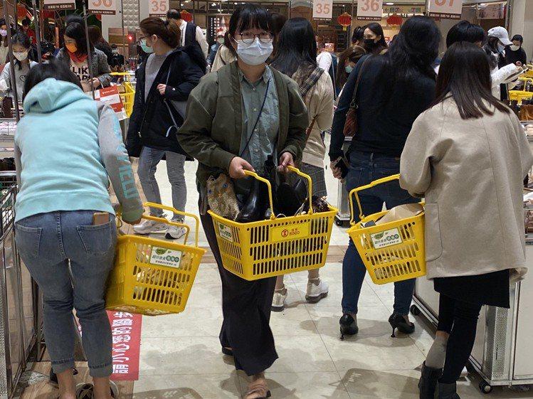 SOGO忠孝館GRACEGIFT特賣會,消費者一買就是好幾雙鞋。圖/SOGO提供