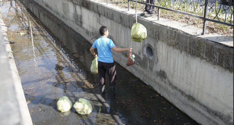 彰化縣員林市正在辦新春燈會,但員林市長游振雄大年初四就發現萬年路大排竟被丟了10幾包垃圾,清潔隊員還得下排水溝清出垃圾。圖/員林清潔隊提供