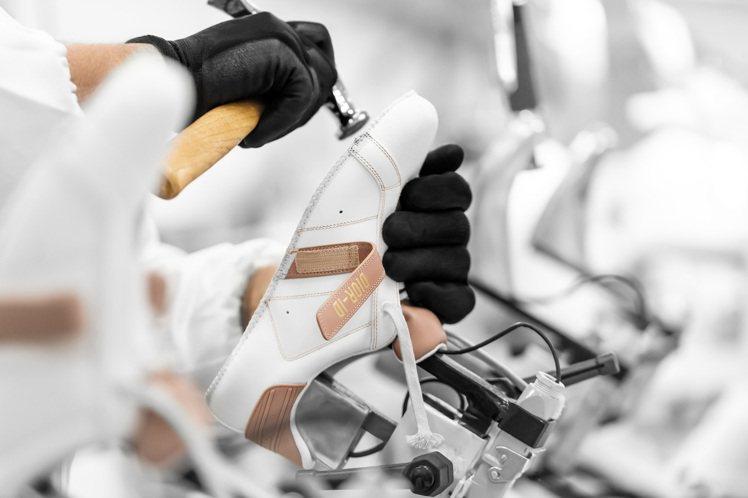 DIOR發表全新DIOR-ID休閒鞋,鞋身選用頂級小牛皮製成。圖/DIOR提供