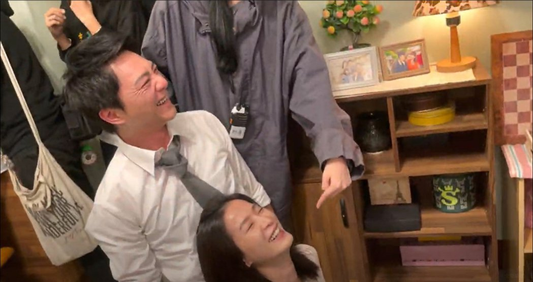 藍葦華(左)殺青戲後的舉動,讓楚宣在驚嚇過後也笑翻。圖/民視提供